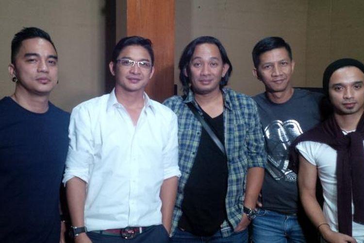 Para personel band Ungu berkumpul untuk melakukan audisi Ungu Star Discovery di base camp grup tersebut, di Jalan Tebet Barat Dalam II, Jakarta Selatan, Kamis (17/9/2015).