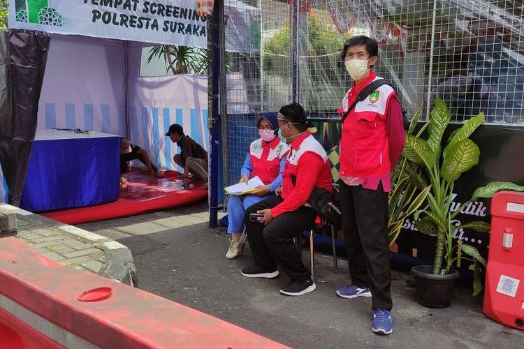 Sejumlah petugas Dinas Kesehatan berjaga di pos keamanan pemudik tugu Makutho Solo, Jawa Tengah