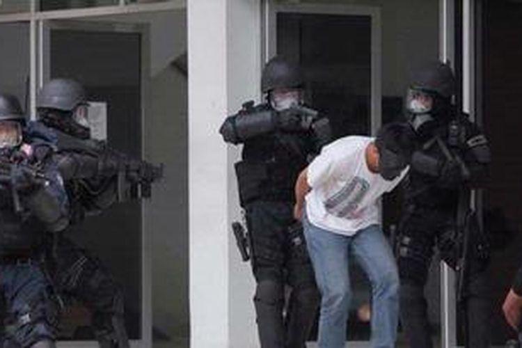 Ilustrasi penangkapan terduga teroris. KOMPAS/LUCKY PRANSISKA