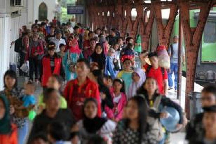 Pemudik dari Yogyakarta mulai berdatangan kembali ke Jakarta menggunakan Kereta Fajar Utama di Stasiun Senen, Sabtu (2/8/2014). Dinas Perhubungan memprediksi arus balik mudik akan mencapai puncaknya pada 2-3 Agustus, menyusul dimulainya aktivitas kerja pada 4 Agustus.
