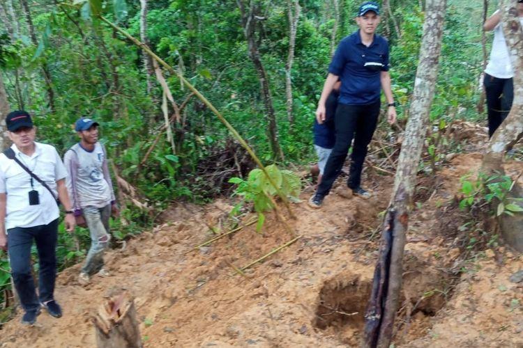 Tim Direktorat Reserse Kriminal Khusus Polda Banten melakukan pengecekan lokasi tambang emas ilegal di gunung Liman, Lebak. Polisi melakukan pembongkaran tenda dan menutup lubang tambang.