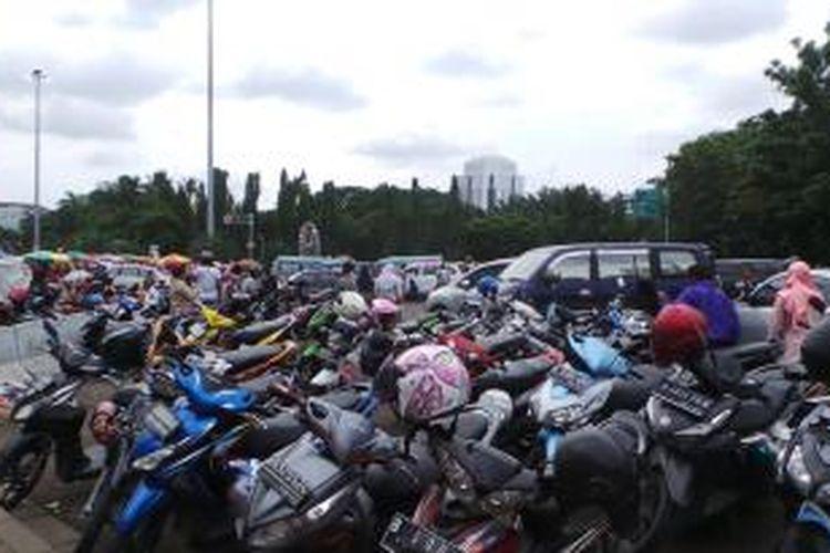 Parkir liar di kawasan Monas Jakarta Pusat. Foto diambil Sabtu (2/1/2016).