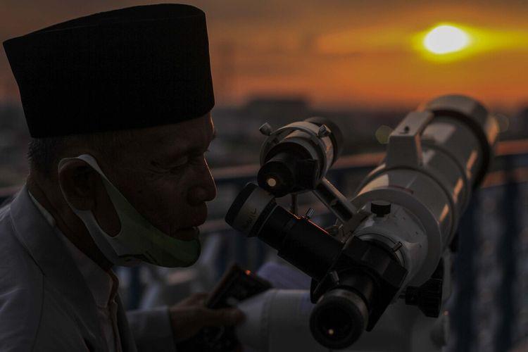 Petugas dari Kantor Wilayah Kementerian Agama (Kemenag) Sumatera Selatan memantau hilal di gedung lantai 7 Universitas Islam Negeri (UIN) Palembang, Senin (12/4/2021). Dari pantauan tersebut, petugas tak dapat terlihat lantaran tertutup awan, sehingga keputusan di mulainya Ramadhan 1442 Hijriah akan dilakukan oleh Kementerian Agama.