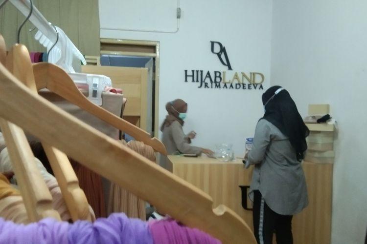 Rima Pratiwi (25) tengah menunjukkan produk hijab Rimaadeeva yang ia bangun bersama suaminya, Gus Muhammad (27) di Hijab Land Rimaadeeva, Ruko Teraz, Galuh Mas, Karawang, Senin (15/3/2021). Bagi keduanya branding dan kualitas produk sangat penting.
