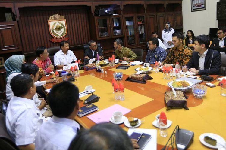 Gubernur Sulsel, Nurdin Abdullah dan Pejabat (Pj) Wali Kota Makassar Iqbal Suhaeb menerima perwakilan Sumitomo Corporation dan Hitachi Zisen dari Jepang yang menawarkan kerja sama pengelolaan sampah menjadi energi listrik.
