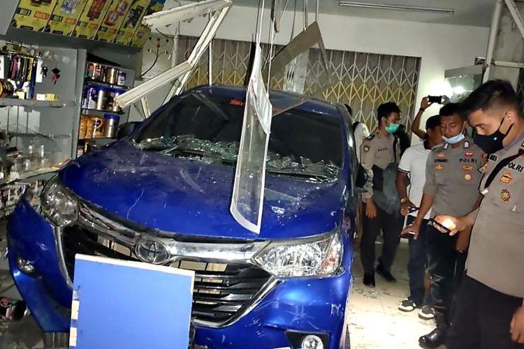 Sebuah mobil yang dikendalikan seorang anak di bawah umur berinisial EE (15) seruduk Indomaret di Jalan Mensiku, Kecamatan Sintang, Kabupaten Sintang, Kalimantan Barat (Kalbar), Sabtu (13/3/2021) sekitar pukul 20.33 WIB.
