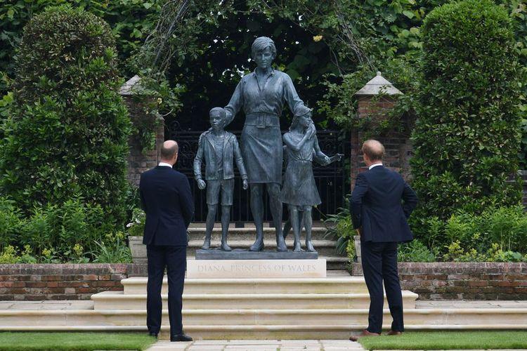 Pangeran William dan Harry ketika meresmikan patung Putri Diana di Taman Sunken Istana Kensington, London, Inggris, Kamis (1/7/2021).