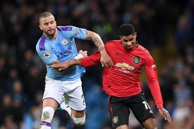 Marcus Rashford berebut bola dengan Kyle Walker dalam laga Manchester United vs Manchester City di Etihad Stadium, Sabtu (7/12/2019).