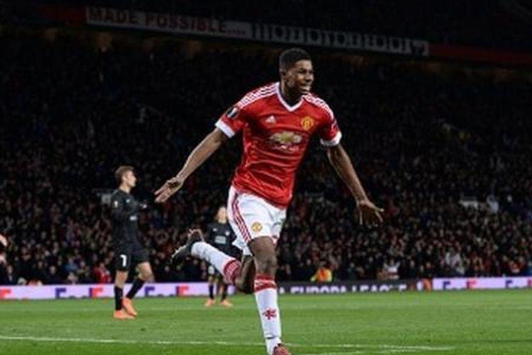 Marcus Rashford merayakan gol Manchester United pada babak 32 besar Liga Europa, Kamis (25/2/2016).