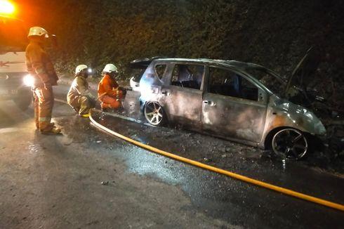 Mobil Grand Livina Terbakar di Jalan TB Simatupang, Pengemudi Alami Luka Bakar Ringan