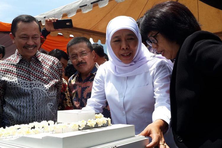 Gubernur Jawa Timur Khofifah Indar Parawansa bersama Suciwati, istri Munir dalam peletakan batu pertama pembangunan Museum HAM Munir di Kota Batu, Jawa Timur, Minggu (8/12/2019).