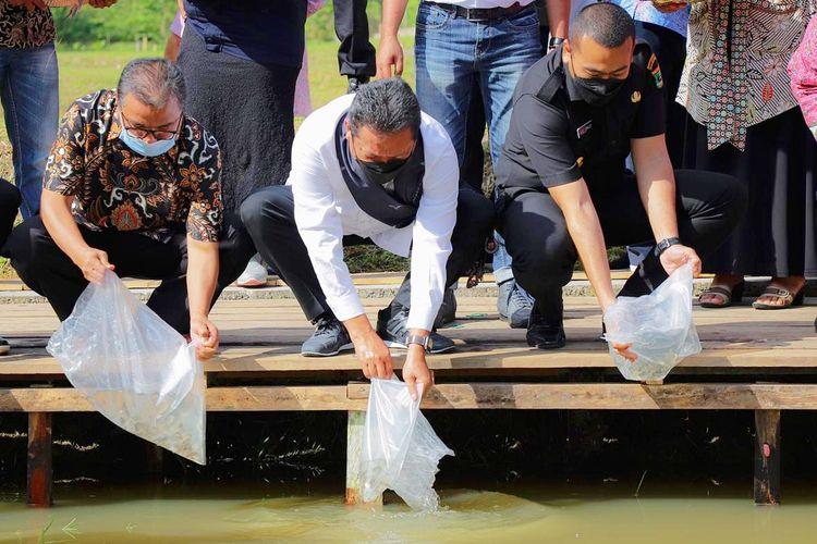 Menteri Kelautan dan Perikanan (KP) Sakti Wahyu Trenggono saat memberikan bantuan benih ikan dalam acara peresmian Kampung Ikan Gurami BIMA di Nagari Suliki, Kecamatan Suliki, Kabupaten Limapuluh Kota, Provinsi Sumatera Barat (Sumbar), pada Kamis (3/6/2021).