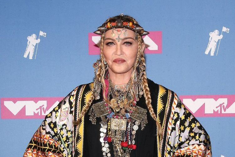 Madonna berpose berpose saat menghadiri MTV Video Music Awards 2018 di Radio City Music Hall di New York City, pada 20 Agustus 2018.