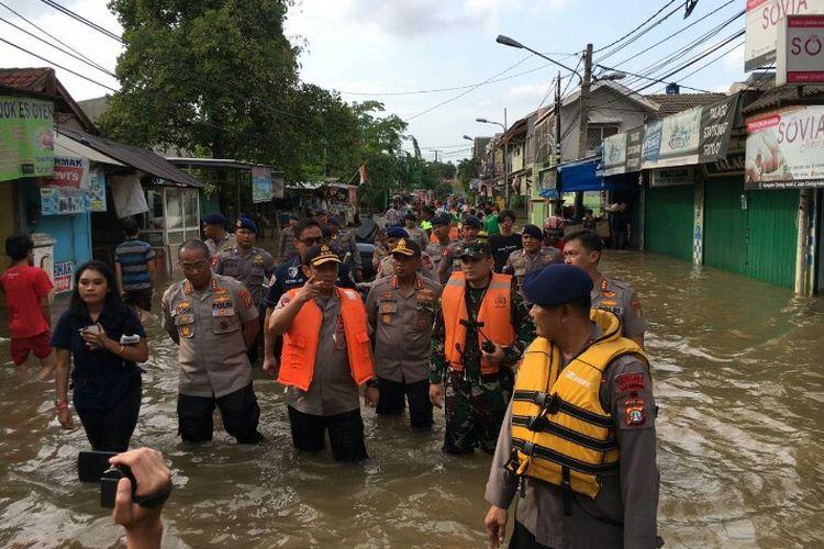 Kapolda Metro Jaya Komjen Pol Gatot Eddy Pramono meninjau langsung lokasi banjir kawasa. Perumahan Ciledug Indah 1 dan 2, Kecamatan Ciledug, Kota Tangerang, Kamis (2/12/2020). Ditengah memantau banjir tersebut, Gatot mengantisipasi adanya tindakan kejahatan rumah kosong yang ditinggal pemiliknya ditengah surutnya banjir.