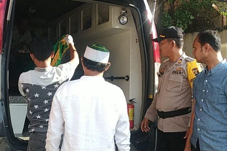 Jenazah Fera Oktaria (21)korban mutilasi saat dibawa pihak keluarga dari rumah sakit Bhayangkara Palembang, Sabtu (11/5/2019). Korban sebelumnya ditemukan tewas disalah satu penginapan di Kabupaten Musi Banyuasin (Muba), Sumatera Selatan.