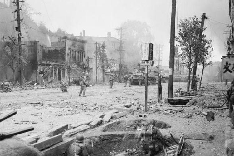 Tentara Amerika Serikat saat berada di jalanan Kota Incheon, Korea Selatan, ketika terjadi Perang Korea, September 1950.