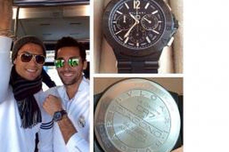 Albaro Arbeloa (kanan) mengunggah foto dirinya berpose bersama Cristiano Ronaldo serta jam tangan hadiah dari Ronaldo kepada para pemain Real Madrid, melalui Instagram.
