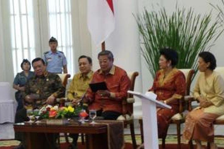 Presiden Susilo Bambang Yudhoyono saat mencoba telekonferensi dengan empat kepala puskesmas di empat daerah seusai meluncurkan BPJS di Istana Bogor, Selasa (31/12/2013)