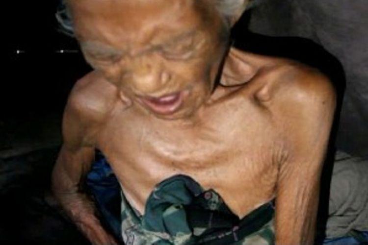 Solihin (92) dan kakaknya, Sitti Muhda (95), ditemukan di gubuk reyot tempat tinggal mereka dalam keadaan lemas. Mereka berhari-hari tak makan dan hanya minum air hingga mengeluh sakit di ulu hati.