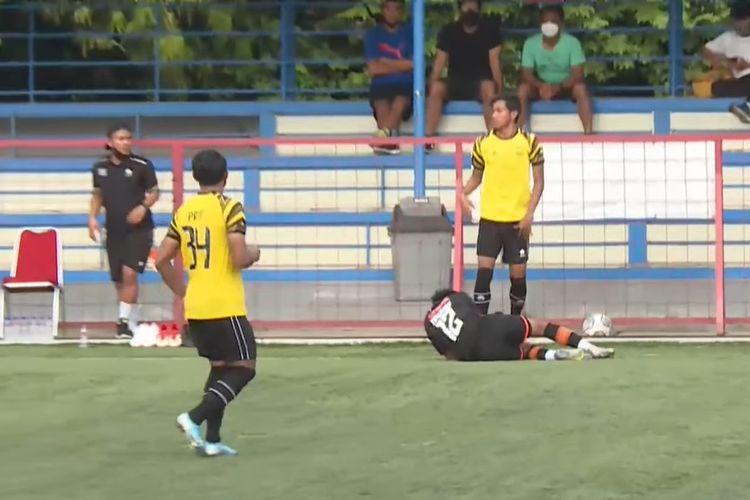 Syaiful Indra Cahya melakukan pelanggaran keras terhadap Muhammad Nadhif di laga uji coba AHHA PS Pati FC vs Persiraja.