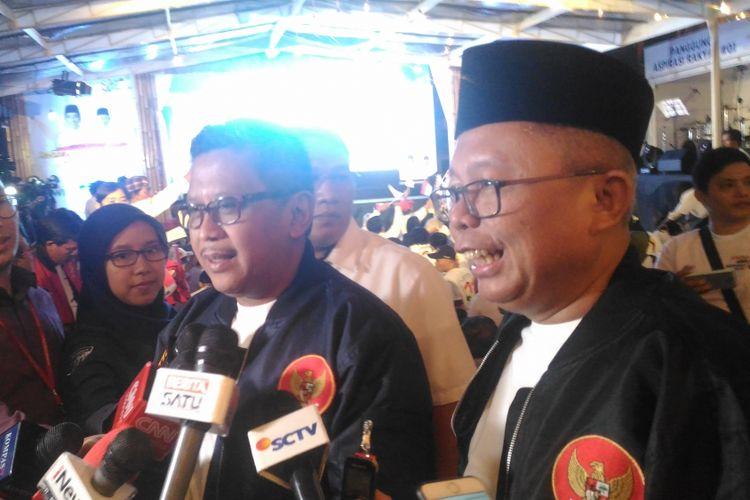 Sekjen PPP Arsul Sani (kanan) dan Sekjen PDIP Hasto Kristyanto (kiri) di rumah aspirasi Jokowi-Maruf, Jakarta Pusat, Kamis (17/1/2019).