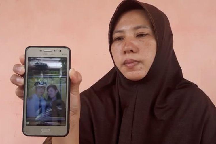 Desi Arikarnila menunjukkan foto adik iparnya, Kapten Didik Gunardi yang menjadi salah satu awak maskapai yang menumpang di Sriwijaya Air SJ182, Minggu (10/1/2021).