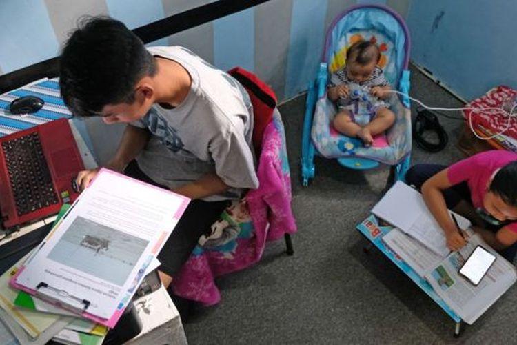 Pelajar mengerjakan tugas sekolah yang diberikan guru secara online di rumahnya Muntung, Candiroto, Temanggung, Jawa Tengah, Selasa (07/04).