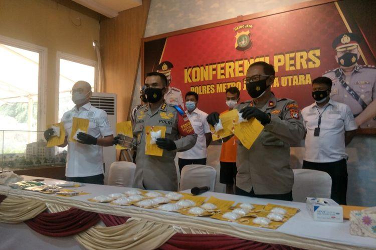 Polres Jakarta Utara, Senin (20/9/2021), mengelar jumpa pers terkait penangkapan dua kurir narkoba berinisial JM dan MT yang kerap bertransaksi di wilayah Penjaringan Jakarta Utara.