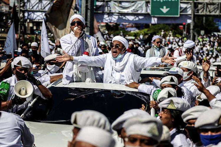 Pemimpin Front Pembela Islam (FPI) Rizieq Shihab menyapa simpatisannya saat tiba di daerah Puncak, Bogor, Jawa Barat, Jumat (13/11/2020). Dalam kunjungan tersebut, Rizieq Shihab dijadwalkan menghadiri acara peresmian pembangunan Masjid Raya di Markaz Syariah Pesantren Alam Agrokultural sekaligus mengisi ceramah shalat Jumat.