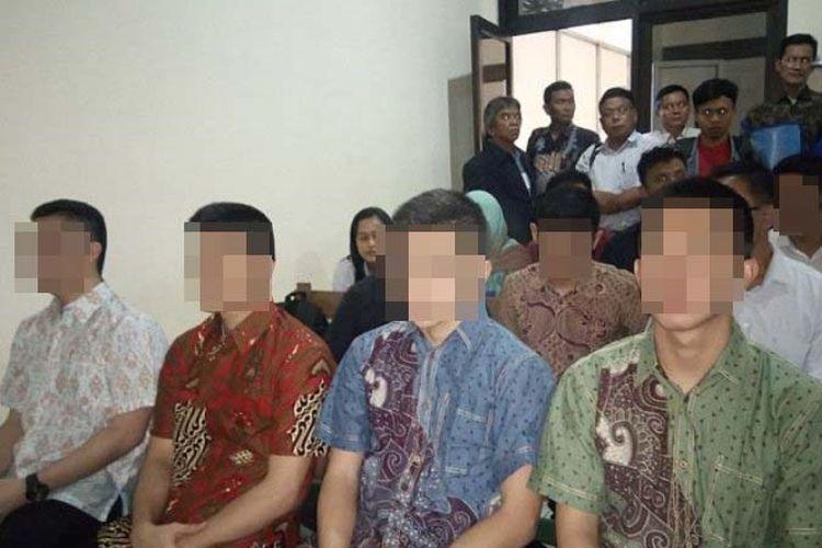 Sejumlah taruna akpol akhirnya hadir di PN Semarang untuk mengikuti sidang dalam kasus dugaan penganiayaan terhadap korban hingga meninggal dunia. Mereka hadir mengakan pakaian batik, Selasa (19/9/2017).