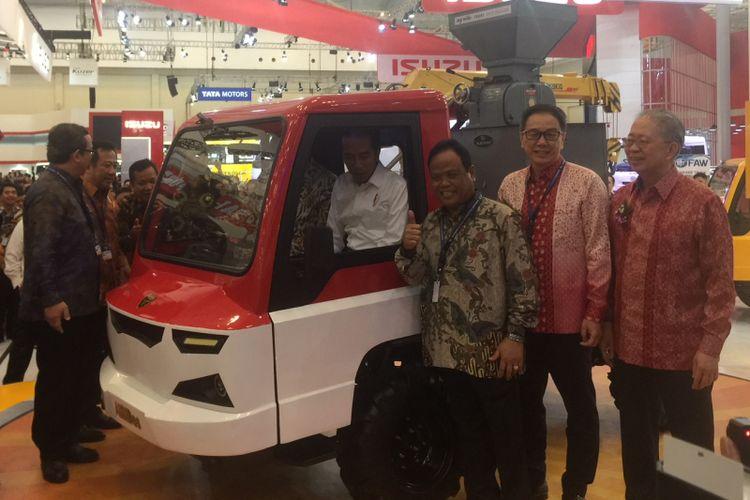 Presiden Joko Widodo memilih untuk langsung menuju Ammdes ketimbang merek asing di GIIAS 2018, ICE, BSD, Tangerang, Kamis (2/8/2018).