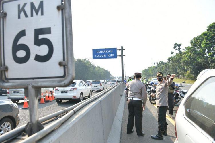 Kepolisian lakukan sejumlah rekayasa lalu lintas untuk mengantisipasi kepadatan yang terjadi saat arus mudik Iduladha 1441 H.