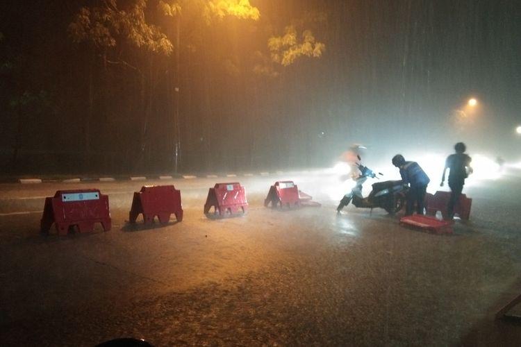 Pemudik terjatuh di depan Pos Penyekatan Bundaran Kepuh, Jalan Raya Lingkar Luar Karawang, Sabtu (8/5/2021). Ratusan pemudik tetap menerobos hujan deras yang mengguyur wilayah Karawang.