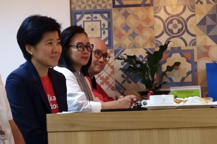 Presdir OCBC NISP  Parwati Surjaudaja (mengenakan blazer biru tua) ketika berkunjung ke Menara Kompas, Jakarta.
