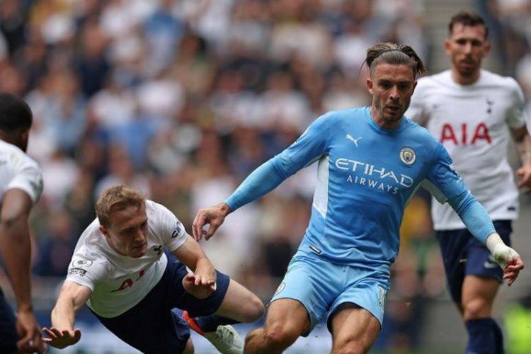 Jack Grealish berupaya melewati lawan di laga Tottenham Hotspur vs Manchester pada pekan perdana Liga Inggris 2020-2021.
