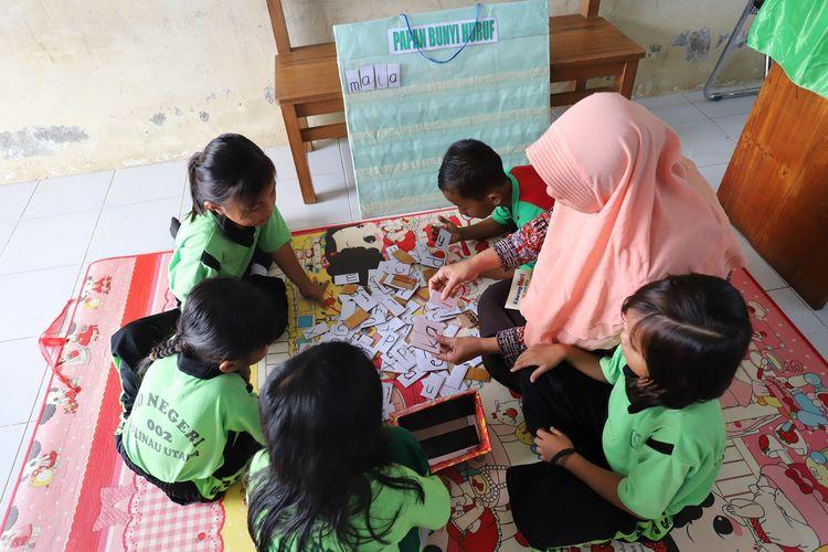 Guru-guru kelas awal di Malinau, menggunakan media sederhana untuk memicu meningkatnya keterampian literasi kelas awal.
