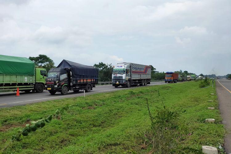 Tol Cipali memberlakukan contraflow di sekitar ruas jalan yang amblas (9/2/2021).