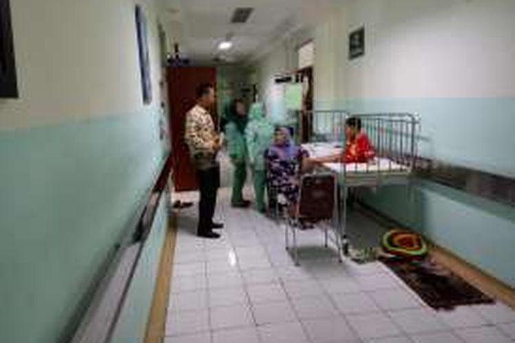 Seorang pasien DBD di RSUD kota Depok terpaksa harus di rawat di selasar rumah sakit akibat terbatasnya tempat tidur di rumah sakit tersebut. Rabu (4/2/2016).