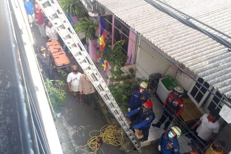 Petugas Damkar Jakarta Timur mempersiapkan tangga untuk mengevakuasi seorang ibu hamil yang mengalami pingsan di lantai dua Rumah Susun Cipinang Muara, Jakarta Timur, Kamis (20/8/2020).