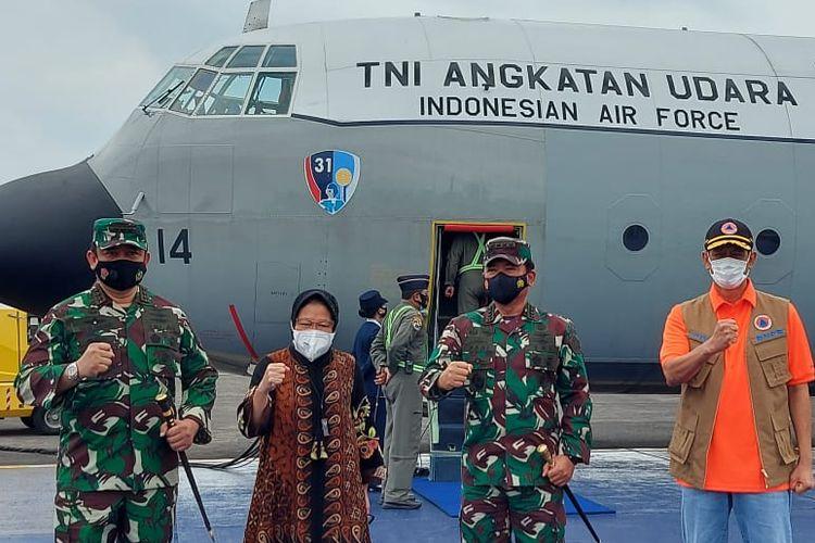 Menteri Sosial Tri Rismaharini bersama Kepala BNPB Doni Monardo meninjau dan memberikan bantuan untuk korban gempa di Majene dan Mamuju Sulawesi Barat, Jumat (15/1/2021).