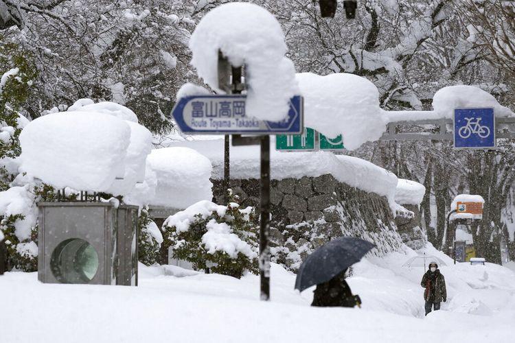 Badai musim dingin yang dahsyat menghantam kawasan pesisir di sepanjang Laut Jepang.