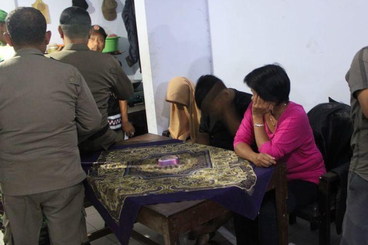 Sejumlah pasangan yang terjaring razia pekat, dibawa ke kantor Satpol Pamong Praja Jombang Jawa Timur, Sabtu (11/5/2019) malam.