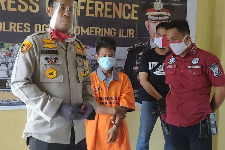 Pelaku pembunuhan temannya sendiri Sandra (26) warga Tulung Selapan Ogan Komering Ilir diperlihatkan pada wartawan dalam jumpa pers yang digelar di Mapolres OKI Selasa (14/7/2020)