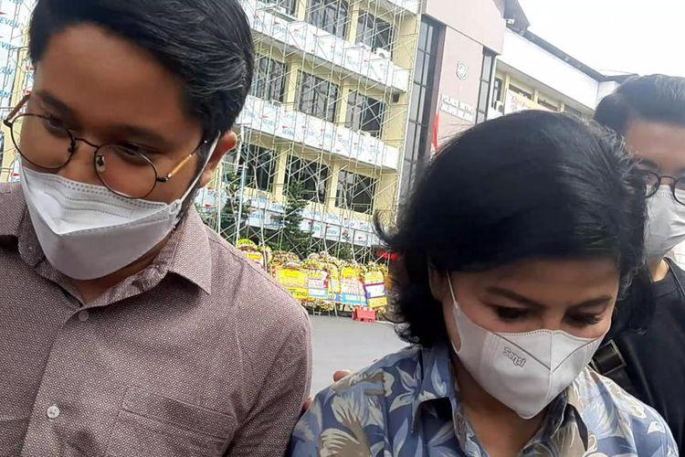 Desiree Tarigan (kanan) dan kuasa hukumnya, Randy Ozora Siregar, saat ditemui di Polres Jakarta Selatan, Senin (3/5/2021).