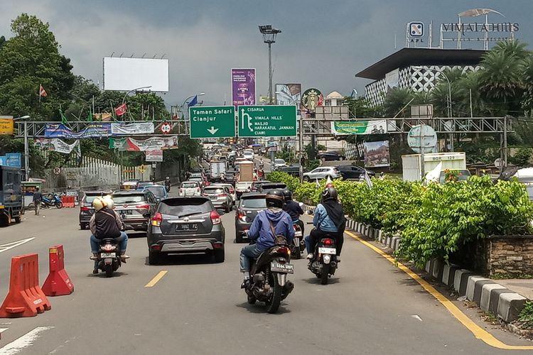 Sejumlah kendaraan roda empat terlihat memadati Jalan Raya Puncak Bogor, Simpang Gadog, Kabupaten Bogor, Jawa Barat, Rabu (28/10/2020) siang.
