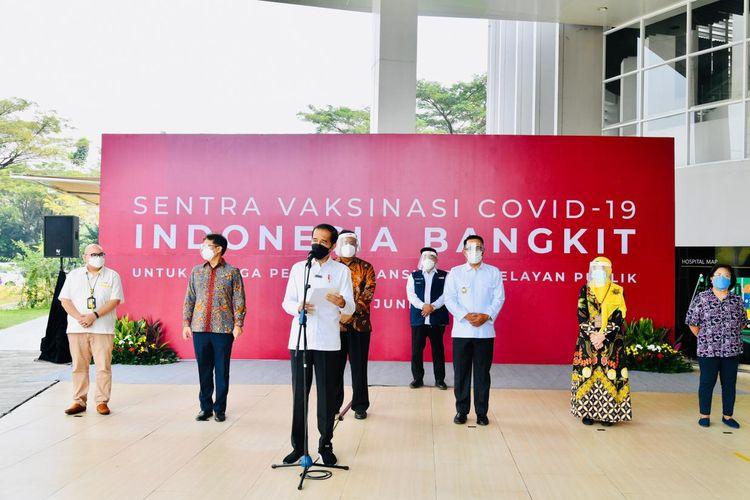 President Joko Widodo visits the mass Covid-19 vaccination at the University of Indonesia Hospital, Depok, West Java on Wednesday (9/6/2021),