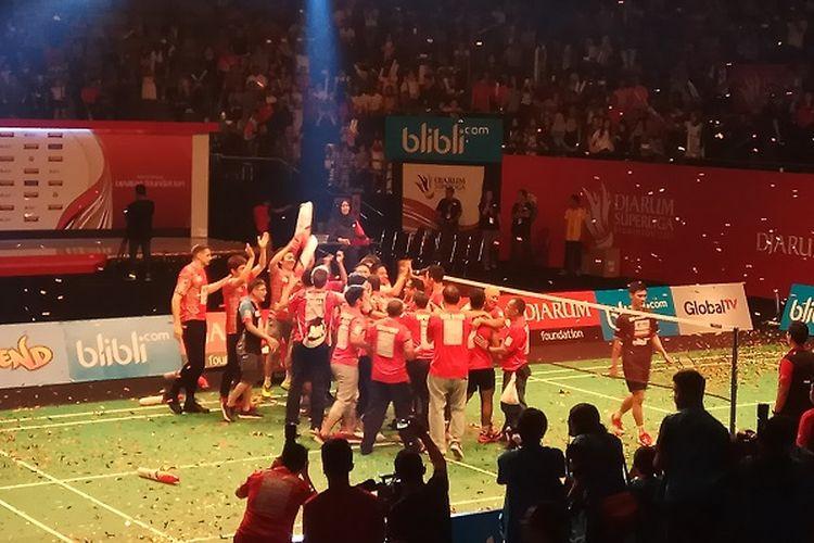Para pemain dan ofisial Musica Champions langsung berkumpul di tengah lapangan seusai memastikan kemenangan 3-2 atas PB Djarum pada final Djarum Superliga 2017, di DBL Arena, Surabaya, Minggu (26/2/2017).