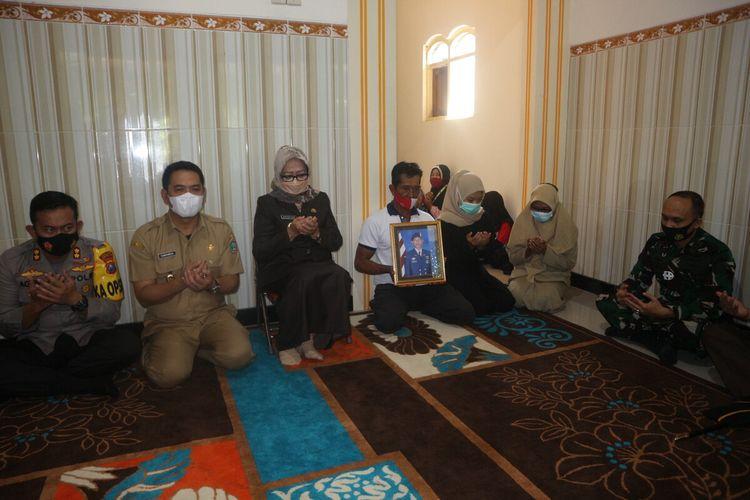 Bupati Jombang Mundjidah Wahab bersama jajaran Forkopimda Pemkab Jombang, mengunjungi rumah keluarga Kls Nav Deni Richi Sambudi, Senin (26/4/2021).