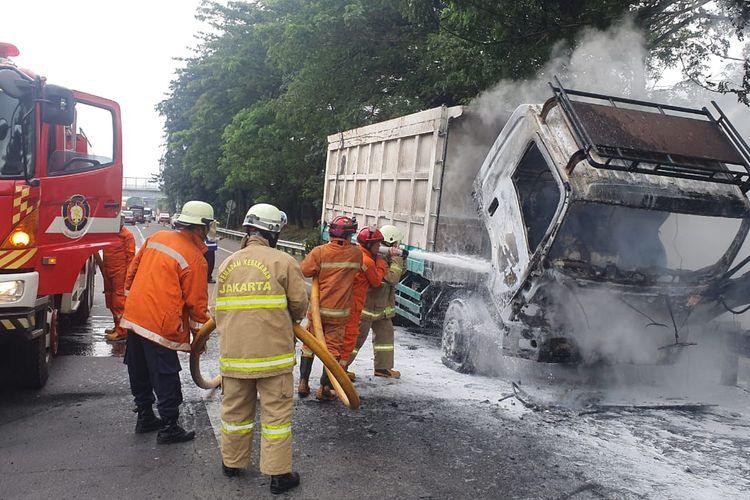 Sebuah dump truck terbakar di Jalam Tol Lingkar Luar KM 35, Setu, Cipayung, Jakarta Timur, Rabu (3/3/2021) siang.