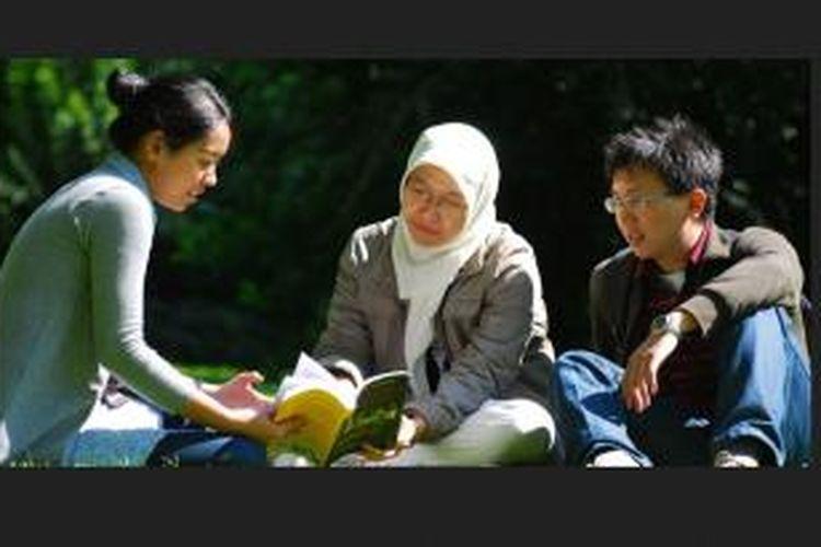 Mahasiswa Indonesia di Belanda sedang berdiskusi bersama Program StuNed merupakan bagian kebijakan kerja sama pembangunan pemerintah Belanda